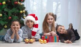 Niños que sostienen los regalos de la Navidad Fotos de archivo