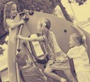 Niños que suben junto en el playground& x27; construcción de s Foto de archivo