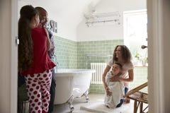 Niños que tienen baño y que cepillan los dientes en cuarto de baño Fotografía de archivo