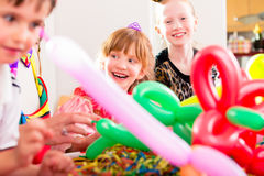 Niños que tienen celebración del cumpleaños con los globos fotos de archivo libres de regalías