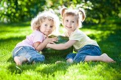Niños que tienen comida campestre Imagenes de archivo