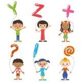 Niños que tienen el globo del, alfabeto Imagenes de archivo