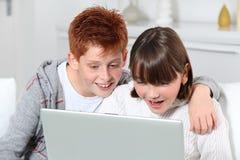 Niños que tienen Internet del wirh de la diversión fotografía de archivo
