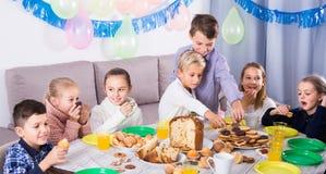 Niños que tienen un buen rato en una fiesta de cumpleaños Fotografía de archivo libre de regalías