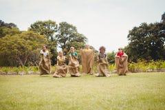 Niños que tienen una raza de saco Foto de archivo libre de regalías
