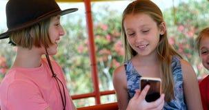 Niños que toman el selfie con el teléfono móvil en el jardín 4k metrajes