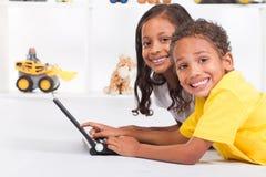 Niños que usan el ordenador Fotos de archivo