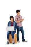 Niños que usan tecnología Imagenes de archivo