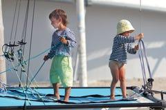 Niños que viajan en el yate del mar Imágenes de archivo libres de regalías