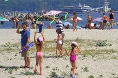 Niños que vuelan cometas en la playa Imagen de archivo libre de regalías