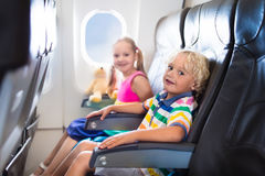 Niños que vuelan el aeroplano Fligh con los niños imagen de archivo libre de regalías