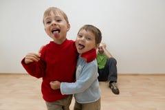 Niños ruidosos que molestan a adulto Fotos de archivo