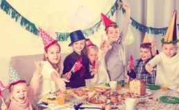 Niños ruidosos que tienen un buen rato en una fiesta de cumpleaños Fotografía de archivo libre de regalías