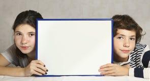 Niños serios muchacho y muchacha con el espacio de la copia Imagen de archivo libre de regalías