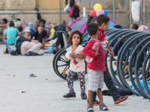 Niños sirios del refugiado en la estación de tren de Keleti en Budapest Imagen de archivo
