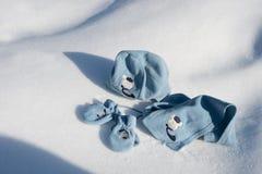 Niños sombrero, bufanda y guantes en la nieve Foto de archivo