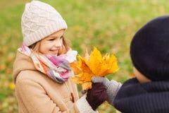 Niños sonrientes en parque del otoño Foto de archivo