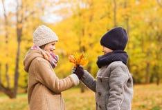 Niños sonrientes en parque del otoño Fotografía de archivo libre de regalías