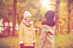 Niños sonrientes en parque del otoño Imagen de archivo libre de regalías