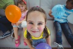 Niños sonrientes que juegan con los globos Imagen de archivo