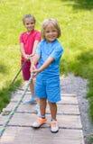 Niños sonrientes que suben en patio al aire libre Fotos de archivo libres de regalías