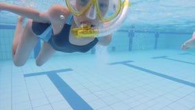Niños subacuáticos en aquapark almacen de metraje de vídeo