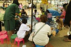 Niños tailandeses asiáticos que juegan el juego del pez de colores o el scoo del papel que saca con pala Imagenes de archivo