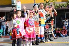 Niños tailandeses en traje tradicional en el desfile chino del Año Nuevo del LA foto de archivo