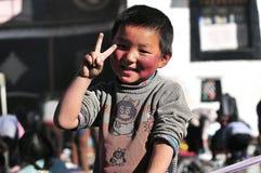 Niños tibetanos con los peregrinos Imagen de archivo libre de regalías