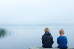 Niños tristes en un día de niebla Foto de archivo