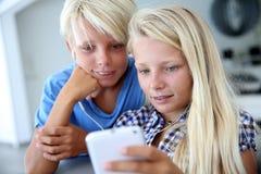 Niños usando nuevas tecnologías Fotografía de archivo libre de regalías