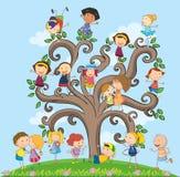 Niños y árbol Imagen de archivo libre de regalías