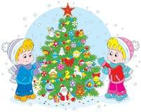 Niños y árbol de navidad Fotos de archivo libres de regalías