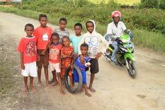 Niños y adolescencias que presentan en Sorong Foto de archivo