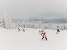 Niños y algunos adultos en el esquí Imágenes de archivo libres de regalías