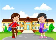 Niños y bolsos y libros felices en fondo de la construcción de escuelas ilustración del vector
