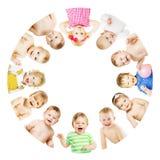 Niños y círculo del grupo de los bebés, niños sobre blanco Foto de archivo