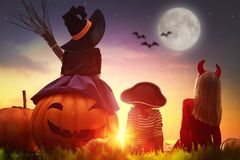 Niños y calabazas en Halloween Foto de archivo libre de regalías