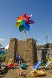 Niños y castillo de arena gigante Imágenes de archivo libres de regalías