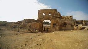 Niños y entrada grande arqueada antigüedad a una fortaleza antigua, restos de la puerta de fortalecimientos en las cercanías metrajes