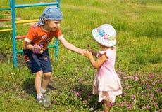 Niños y flores Foto de archivo