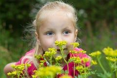 Niños y flores Imágenes de archivo libres de regalías