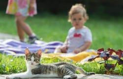 Niños y gato Imagen de archivo