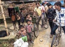 Niños y gente joven en zona rural pobre en la India Imagenes de archivo