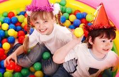 Niños y grupo de la bola en patio en parque. Imagen de archivo libre de regalías