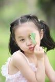 Niños y hojas Fotos de archivo