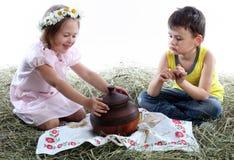 Niños y jarro Fotografía de archivo