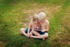 Niños y la placa Imagenes de archivo