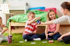 Niños y madre con el modelado de la arcilla o de los finos foto de archivo libre de regalías