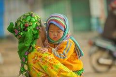 Niños y madre de la minoría étnica Foto de archivo